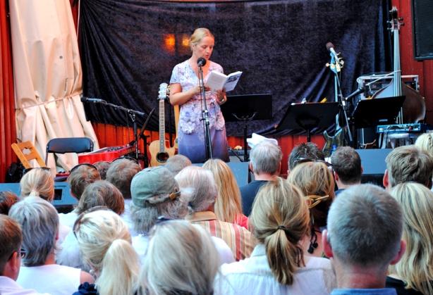 Forfatter Benedicte Meyer Kroneberg formidler for en lydhør forsamling i Bakgården 26. juli 2012. Foto: Hege Solli