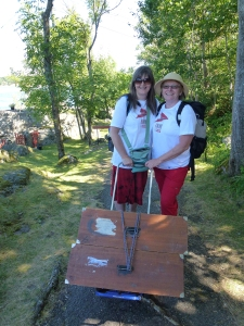 Kristin Havstad og Mari Senumstad Hauge driver oppsøkende litteraturformidling på Merdø. Foto: BarneStreet