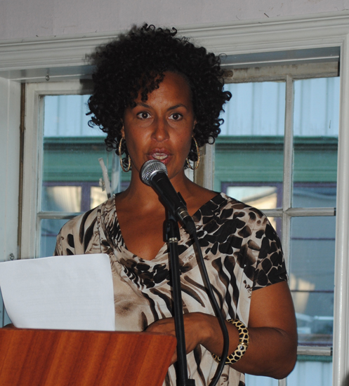 Asta Busingye Lydersen deltok på litteraturjam på Café Lindvedske Hus i forkant av NM i litteraturformidling 2012. Foto: AAbk